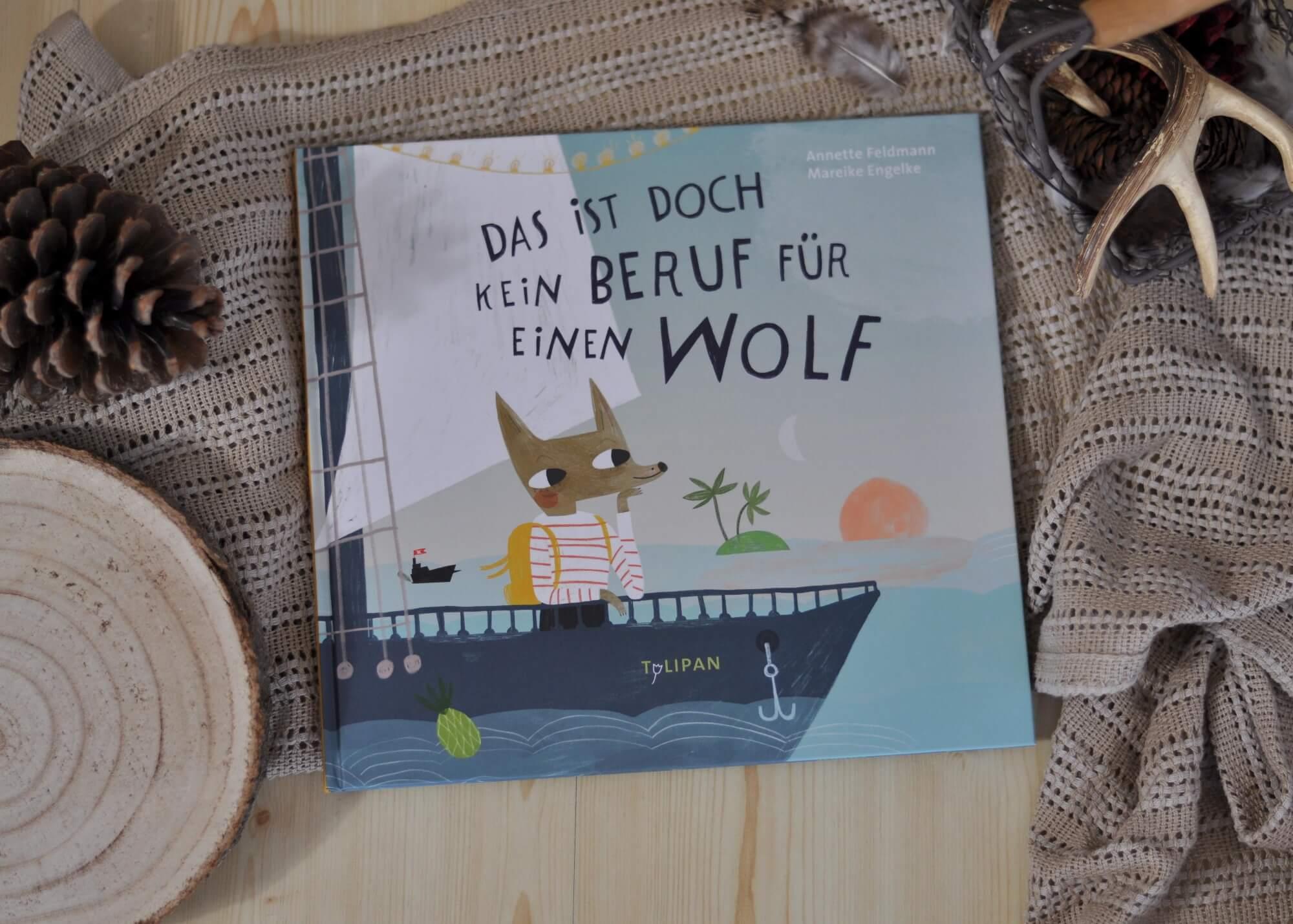 Herr und Frau Grimm sind sich sicher: Wölfe fahren nicht zur See. Und schon gar nicht ist Kapitän ein Beruf für einen Wolf! Doch Tochter Isa will unbedingt Kapitänin werden und lässt sich nicht von ihrem Vorhaben abhalten. Also packt sie ihren Seesack und bricht auf zum Hafen. #traumberuf #selbstvertrauen #wünsche #beruf #klischee #rollenbilder #mädchen #bilderbuch #wolf