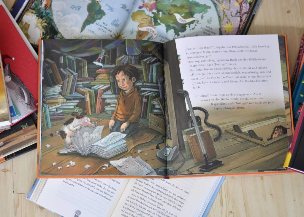 """Stens Großvater ist verstorben und hat ihm neben einer alten Decke und dreiundzwanzig Bücherkisten auch eine Holzkiste vermacht, auf der """"Nur für Sten! Unbedingt heimlich öffnen"""" steht. Was kann das bloß sein? Sten ist furchtbar aufgeregt, als er die Holzkiste in seiner neuen Bücherhöhle auf dem Dachboden aufklappt. Noch erstaunter ist er, als ihm ein ganz erstaunliches Wesen entgegen springt: ein Bücherfresser. #cornelia #funke #bücherfresser #buch #lesen #bilderbuch #leseliebe #vorlesen"""
