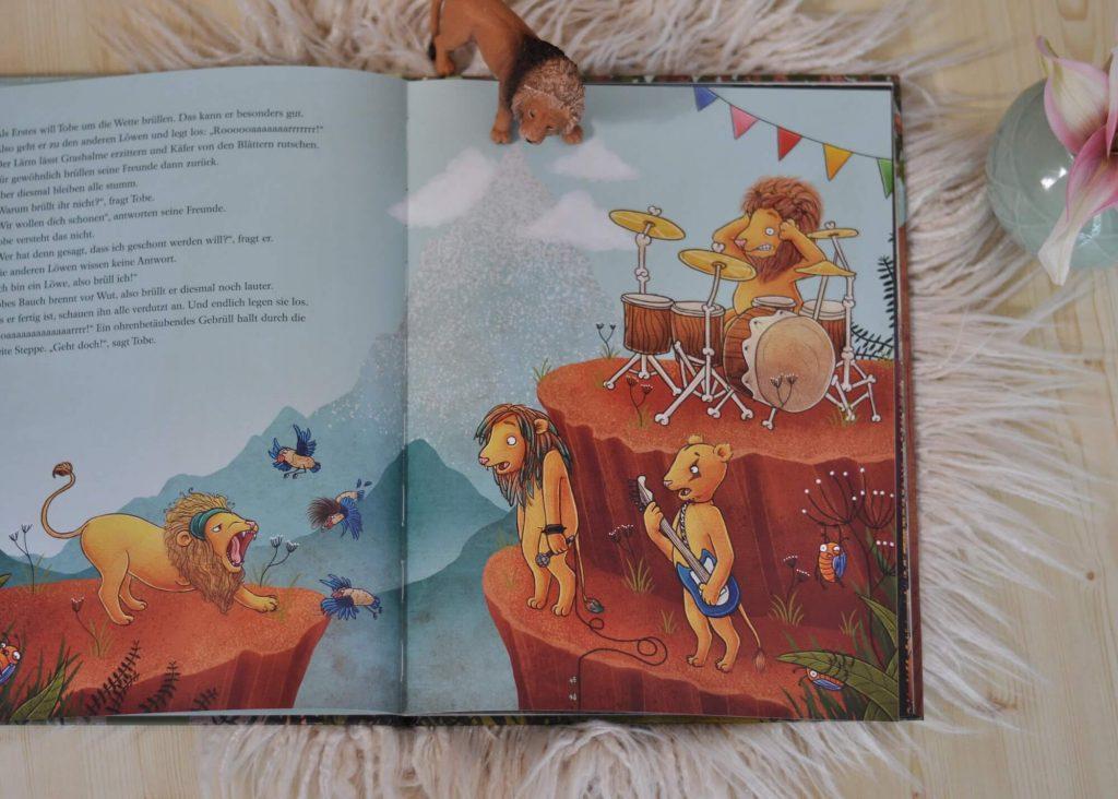 Tobe ist ein ganz gewöhnlicher kleiner Löwe. Er hat eine blonde Löwenmähne, spitze Löwenzähne und drei starke Löwenbeine. Ein Bein hat Tobe nämlich an ein ziemlich hungriges Krokodil verloren. Trotzdem will er weiterhin all die Dinge machen, die Löwenkinder so lieben: um die Wette brüllen, Fangen spielen und Wasserbomben machen.  #löwe #mut äselbstbewusst #stärke #dschungel #behinderung #bilderbuch #vorlesen