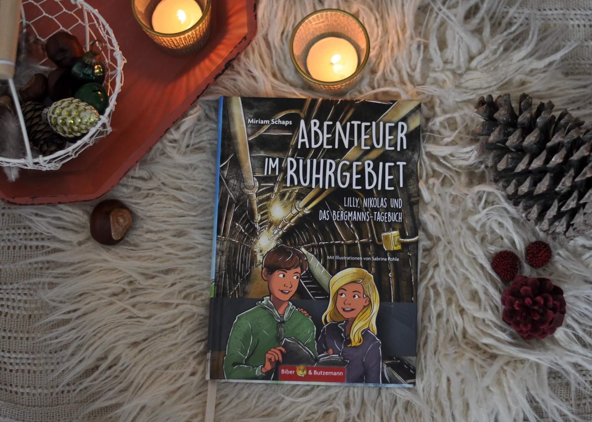 """""""Zu verschenken"""" steht an einer Kiste voller Comics am Straßenrand in Hattingen. Da greifen Lilly und Nikolas natürlich gern zu. Doch erst später im Wohnwagen zeigt sich, was für einen besonderen Fund sie wirklich gemacht haben. Die Geschwister entdecken zwischen den Comics zwei alte Notizhefte, die sich als Tagebücher aus den 1950-er und -60er Jahren entpuppen. #ruhrgebiet #reise #deutschland #sehenswürdigkeiten #ausflug #idee #tipp #kinder #sehenswürdigkeit #bergmann #bergbau #sachbuch"""