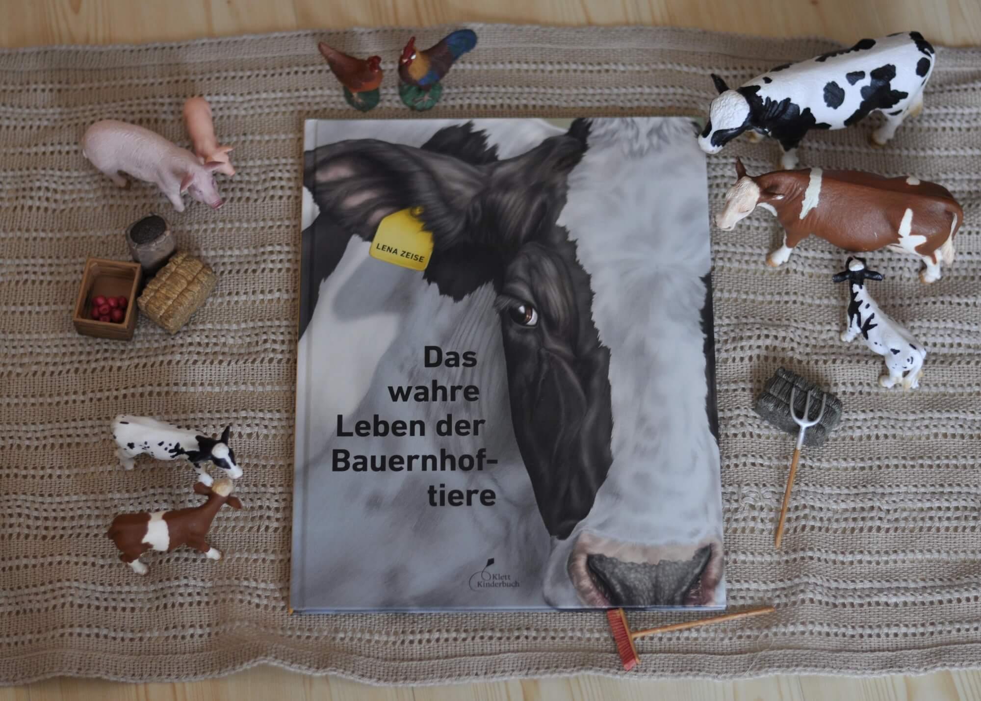 Wie sieht da Leben der klassischen Bauernhoftiere in der heutigen Zeit aus? In meisterhaft fotorealistischer Maltechnik stellt Lena Zeise uns hier die wichtigsten Hoftiere vor: aber nicht als lachende Schweinchen auf der grünen Wiese, sondern so, wie sie heute wirklich leben. #bauernhof #tiere #sachbuch #bilderbuch #tierhaltung #essen #fleisch #ernährung