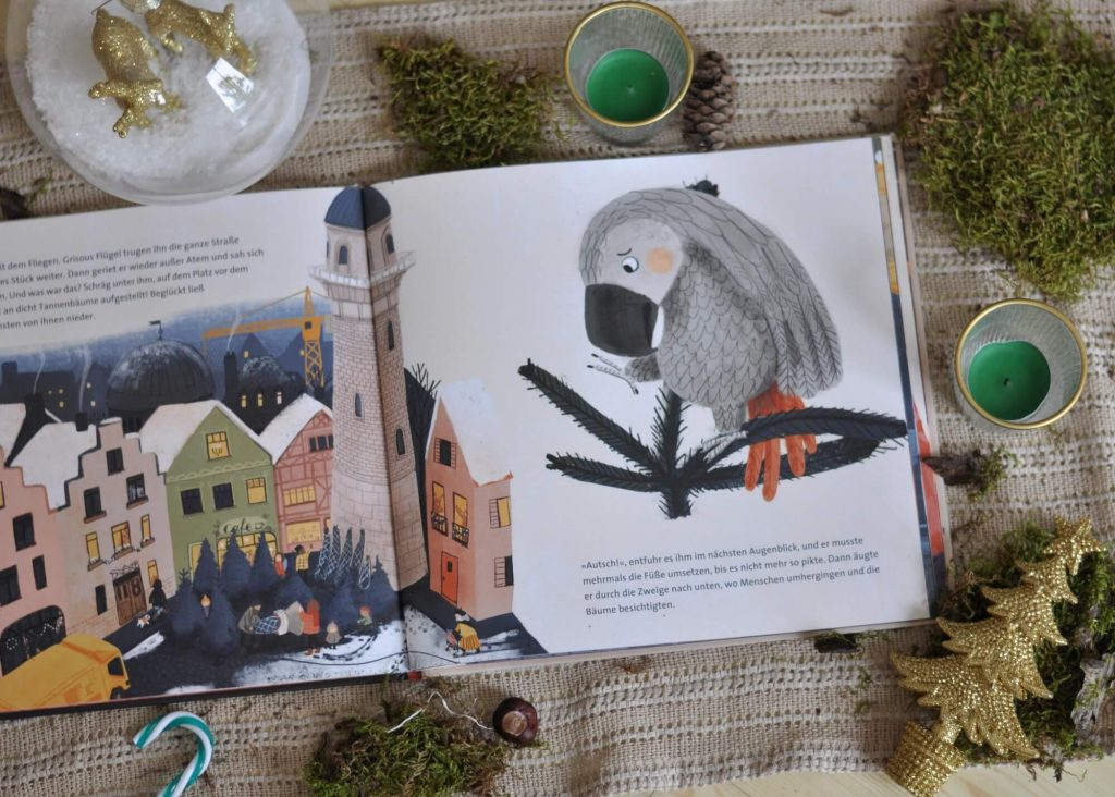 So kurz vor Weihnachten hat Grisous Familie allerghand zu tun: Gedichte und Tricks müssen einstudiert werden und die ganze Wohnung wird geschmückt. Doch vor allem eins interessiert Grisou: Wie wohl gebrannte Mandeln schmecken! Um herauszufinden, ob gebrannten Mandeln die köstlichste aller Köstlichkeiten sind, nutzt Grisou die Chance und schlüpft aus dem Fenster.  #weihnachten #papagei #mandeln #weihnachtsmarkt #winter #bilderbuch #lesen #vorlesen