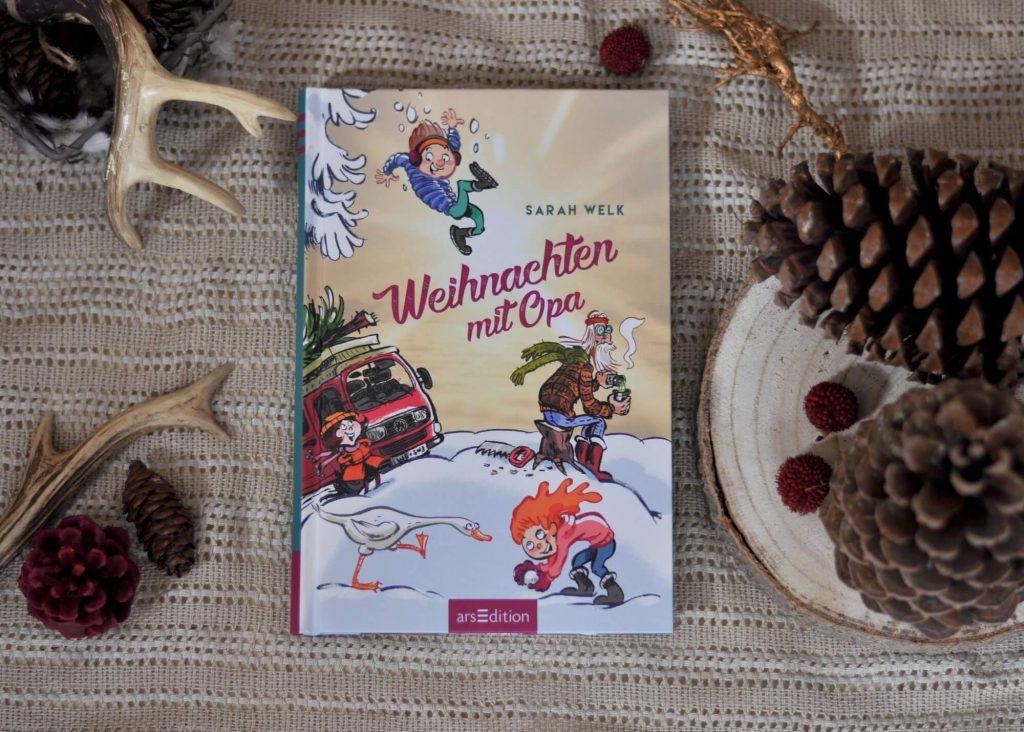 Jonas und seine Schwester Marie freuen sich auf Weihnachten. Doch diesmal ist alles ein wenig anders, denn dummerweise sitzen ihre Eltern  am Flughafen von Mallorca fest und werden frühestens Heiligabend zurück kommen. Doch zum Glück gibt es Opa Franz! Der springt ein und hilft den beiden alles für das Fest vorzubereiten. Doch der Hippie-Opa geht die Dinge etwas anders und alternativer an. #weihnachten #opa #lesen #vorlesen #obdachlos #gans #buch #kinder #winter