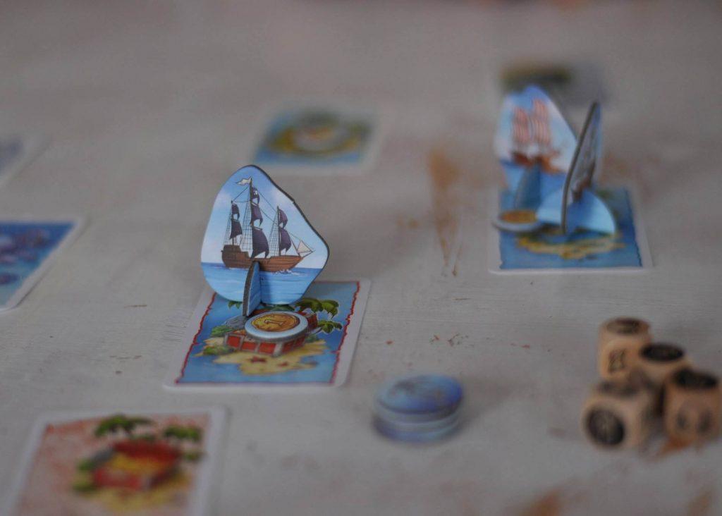 Lust auf Schatzsuche? Da bei uns sowieso gerade das Piratenfieber ausgebrochen ist, kam die Spieleneuheit Kanonen und Dublonen ausgesprochen gut an. Hier sind nämlich die Spieler kampferprobte Piraten, die in jeder Runde auf eine der drei Inseln segeln, um sich den Goldschatz zu schnappen. #spieleneuheit #pirat #dublonen #goldschaft #familienspiel #vorschulkind #kinderspiel #reisespiel