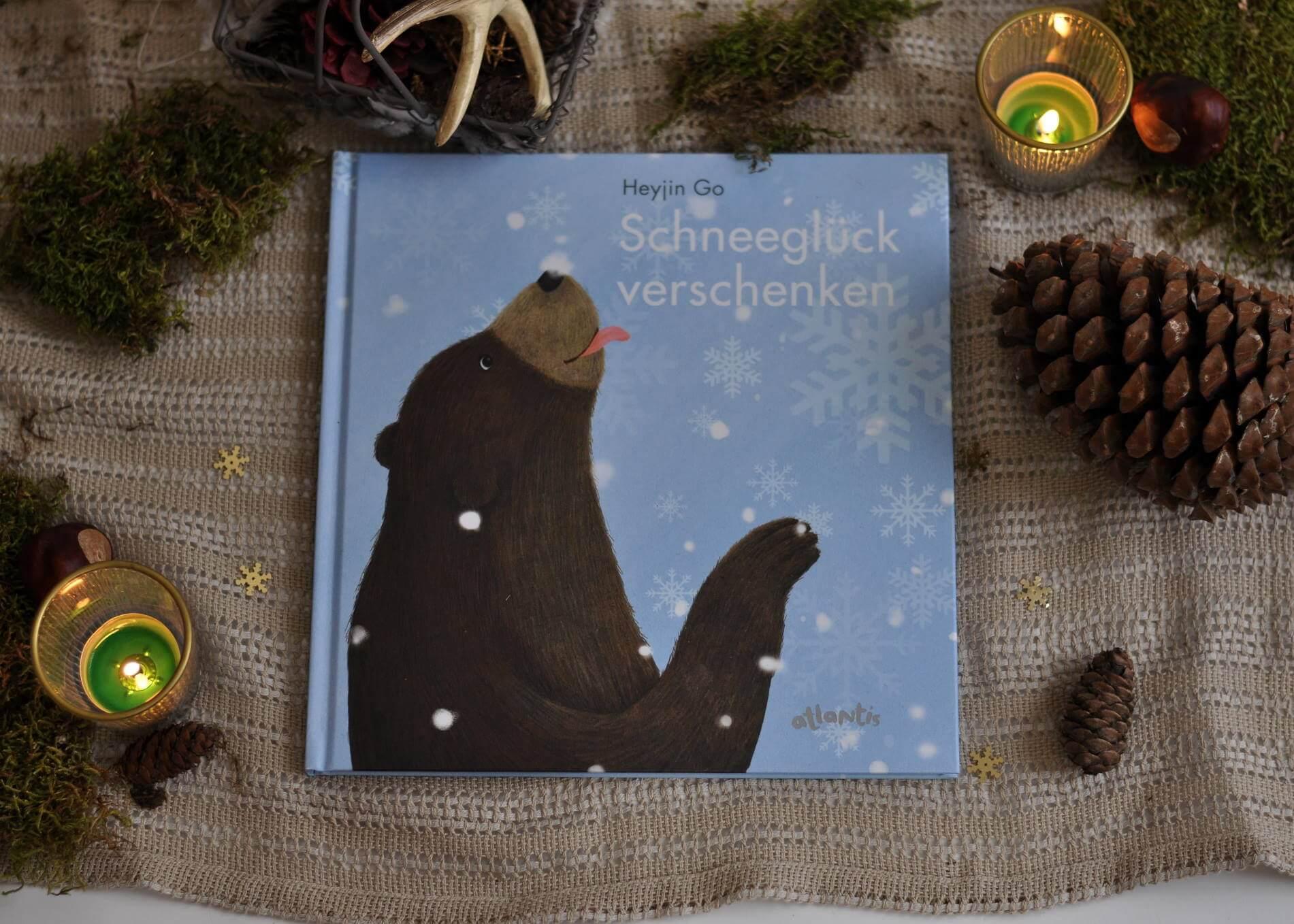 Der Bär will das Schneeglück mit seinen Freunden teilen. Aber die zwei Girlitze sind in den Süden gezogen. Was soll der Bär nun tun? Die Maus rät ihm, einen Schneemann zu bauen und diesen den Vögeln zu schicken. Klar ist die Überraschung geschmolzen, bis sie ankommt. #bär #winter #schnee #freundschaft #wald #waldtiere #bilderbuch #lesen #weihnachten