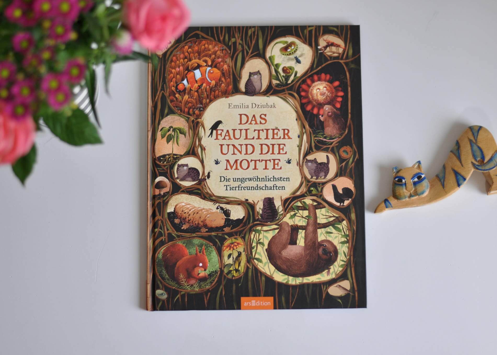 Kater Homer sucht einen Freund. Doch was ist ein echter Freund – und wie findet man ihn? Homer beschließt, in die weite Welt zu ziehen, um seinen Seelenverwandten zu finden. Doch zunächst muss er darüber nachdenken, was ihm in einer Freundschaft am wichtigsten ist. Sich umeinander zu kümmern, selbstlos zu sein oder jemand anderem treu zur Seite zu stehen? #freundschaft #symbiose #sachbuch #sachbilderbuch #kinderbuch #tiere #tierfreundschaften #katze