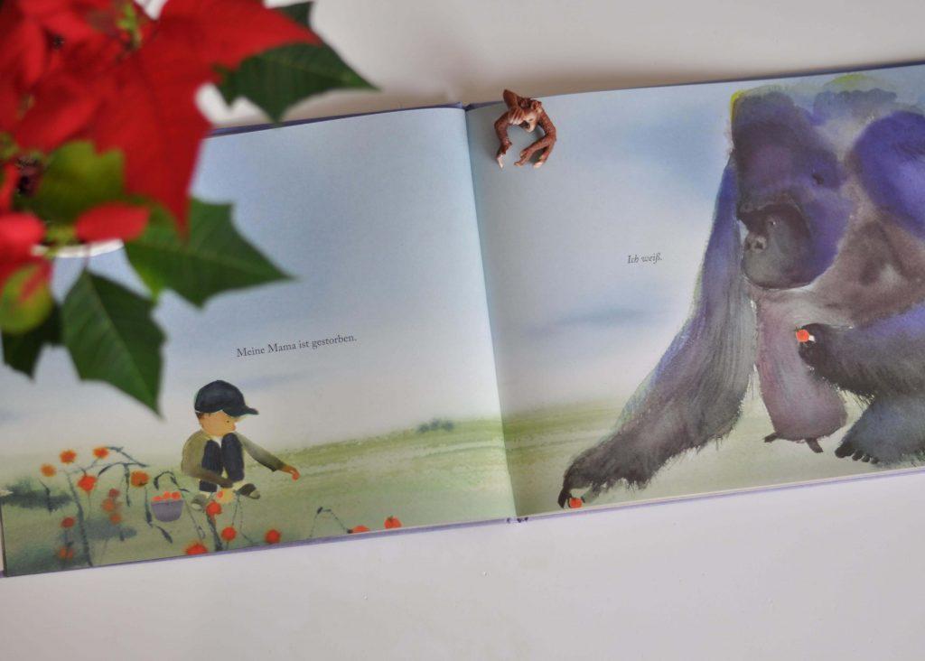 In dieser poetischen Geschichte begleitet ein großer Gorilla einen kleinen Jungen sanft durch diese schwierige Zeit des Verlusts. Dabei beantwortet der Graurücken alle Kinderfragen zum Tod  mit einfachen und feinfühligen Worten und zeigt, dass man auf viele Arten Trauern und sich erinnern kann. #trauer #tod #sterben #goriall #bilderbuch #kinderbuch #trost #mutter #verlust