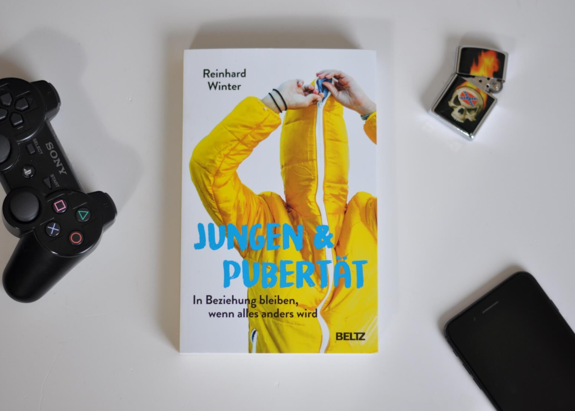 Der bekannte Jungen-Experte Reinhard Winter gibt Antworten auf alle Pubertätsfragen, die speziell mit Jungen entstehen. Er beschreibt dabei nicht nur, welche Prozesse in Gehirn und Körper vor sich gehen, sondern arbeitet die zehn wichtigsten Dinge heraus, über die Eltern mit ihren Söhnen reden sollten, um in Beziehung zu bleiben: Vertrauen und Aggressionen, Medien- und Risikoverhalten, Sucht und Sex. #pubertät #jungsmama #jungseltern #ratgeber #jugen #sohn #pubertätsfragen #verhalten #ratschlag #medienkonsum #männlichkeit #hormone