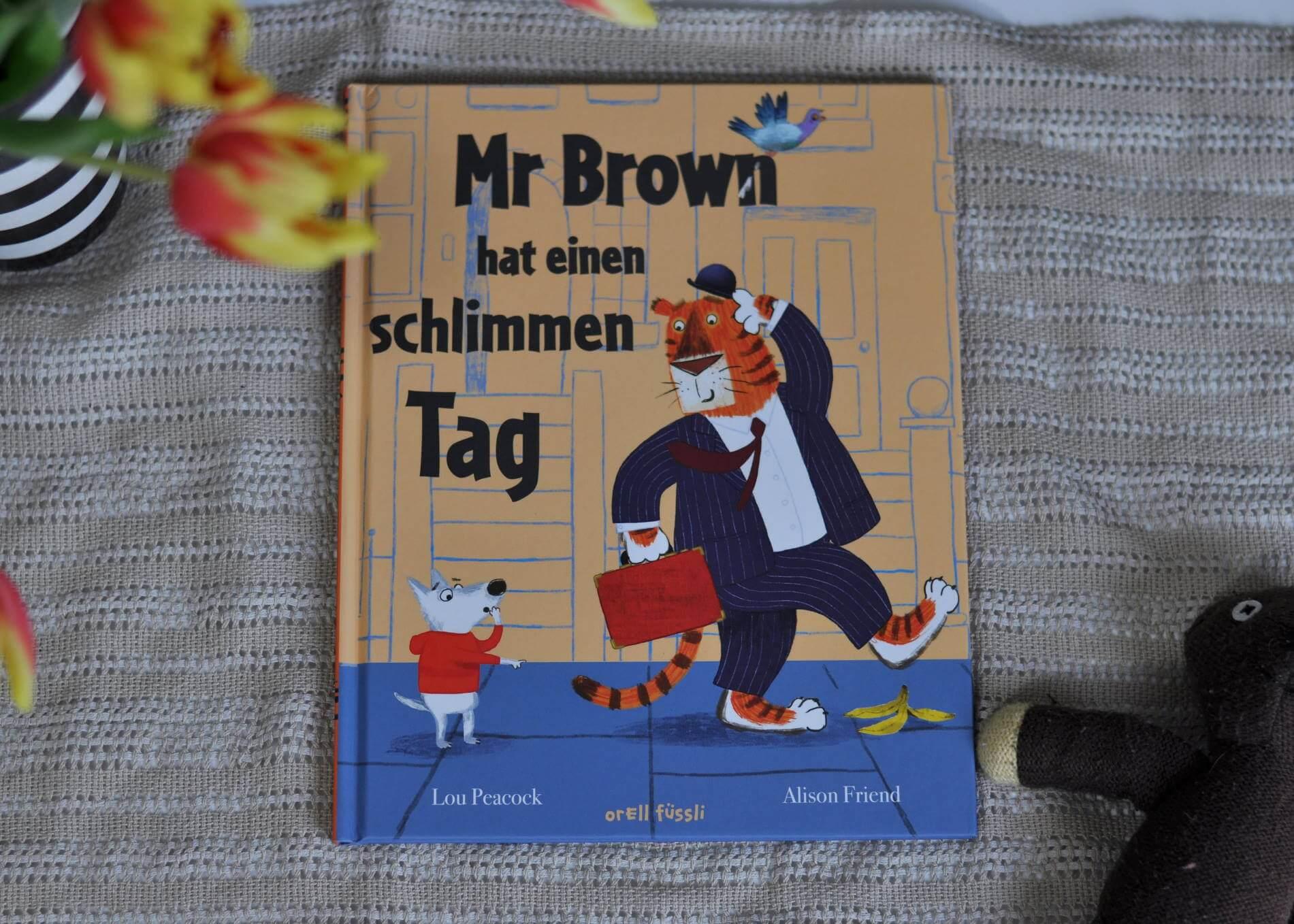 Mr Brown ist ein sehr wichtiger Geschäftsmann. Er arbeitet in einem sehr wichtigen Büro und erledigt täglich sehr wichtige Dinge. Überall, wo er hingeht, hat er seinen sehr wichtigen Aktenkoffer dabei. Als dieser ihm eines Tages geklaut wird, beginnt für Mr Brown eine wilde Verfolgungsjagd. Dabei erlebt er viele lustige Abenteuer, bis er schließlich seinen sehr wichtigen Koffer wieder in den Händen hält. Müde und glücklich kann er nach Hause gehen und wir erfahren endlich, was in dem Koffer ist. #tiger #arbeiten #erwachsene #koffer #bilderbuch #vorlesen #büro #verfolgungsjagd #kuscheltier