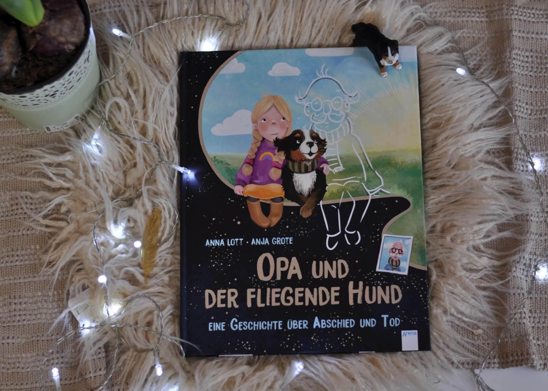 Opa ist gestorben, er kommt nie wieder, sagen Mama und Papa. Doch Karla mag das nicht so recht glauben und wartet. Eines Tages entdeckt sie einen großen Hund. Genau auf der Bank, auf der Opa immer auf Karla gewartet hat, sitzt er. Mit seinen großen Augen, seinem weichen Fell und seinem Geruch nach Kaffee erinnert er an Opa. #bilderbuch #lesen #vorlesen #opa #vermissen #hund #tod #trauer #abschied #kinder