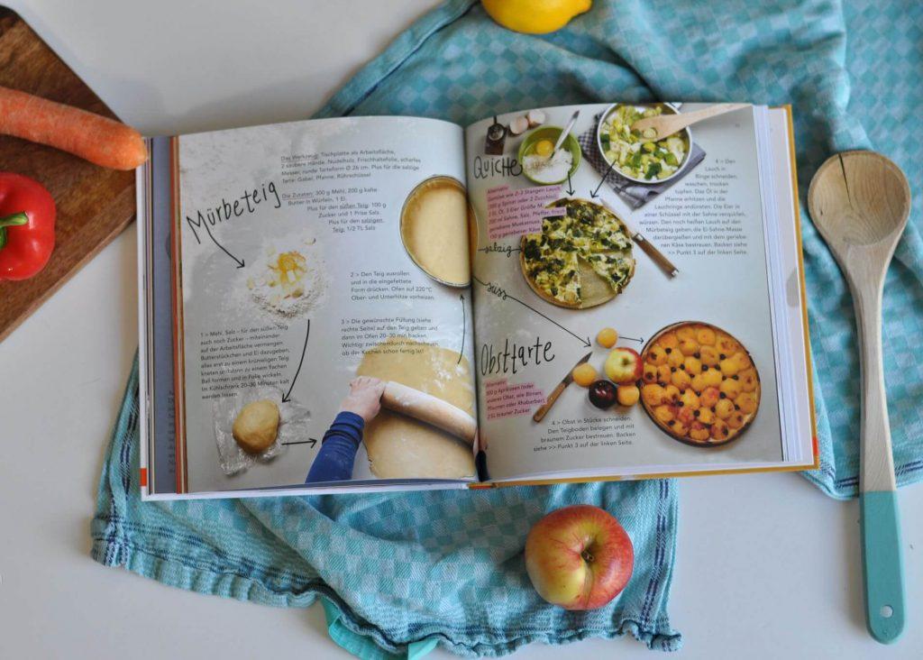 Was sind regionale Lebensmittel? Wie viele Apfelsorten gibt es? Worin befinden sich die meisten Zuckerstücke? Mit welchen Kräutern würzt man was? Und was kann ich alles mit Möhren kochen? Hier finden leidenschaftliche Gemüseschnitzer und Küchenforscher praktische Tipps für gesunde Ernährung, zum Einkaufen oder zum Bevorraten. #kochen #kochbuch #kochenmitkindern #kinderkochbuch #sachbuch #ernährung #rezepte #lebensmittel #geschmack #kindersachbuch #experimente  #lesen
