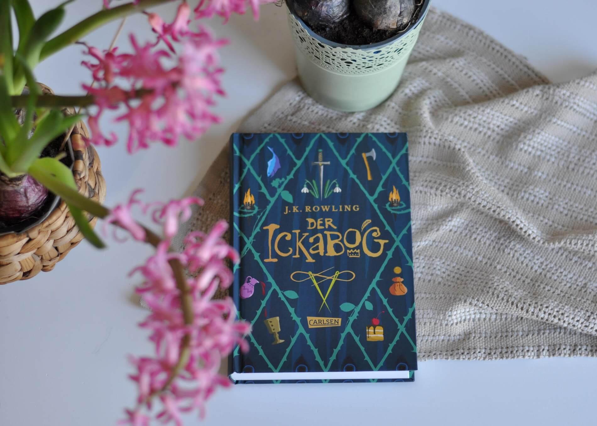 Im letzten Jahr hat J. K. Rowling ein altes Manuskript aus der Schublade gezogen und mit der kostenlosen Veröffentlichung vielen Kindern den ersten Lockdown im letzten Jahr versüßt. Hand in Hand ging die Aktion mit einem Malwettbewerb aus dem - taaadaaa - nun dieses wunderschöne Buch mit 34 ausgewählten Kinder-Illustrationen entstanden ist. #ickabog #rowling #harrypotter #märchen #kinderbuch #freundschaft #hoffnung #ungeheuer #vorurteile #lügen