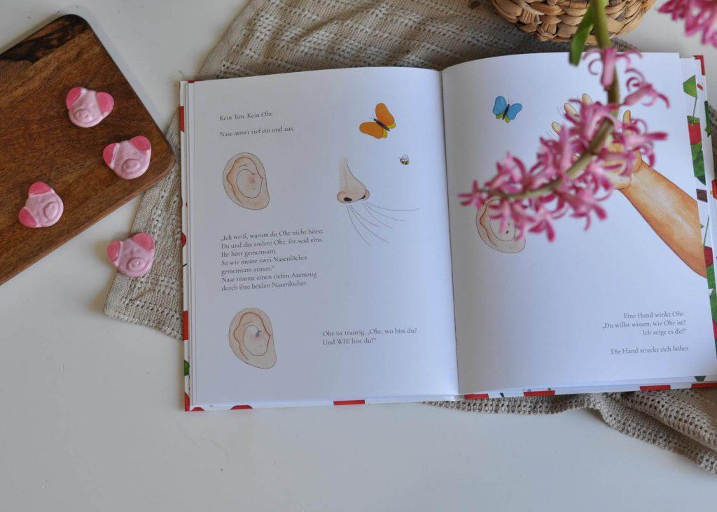 Wo ist Ohr, fragt sich Ohr. Eine spannende Suche nach dem Seelenverwandten beginnt. Dabei begegnet Ohr anderen Gesichts- und Körperteilen, die gerne bei der Suche helfen möchten. #körper #hören #sinne #ohr #bilderbuch #poetisch #vorlesen #kinderbuch #sehnsucht #freundschaft