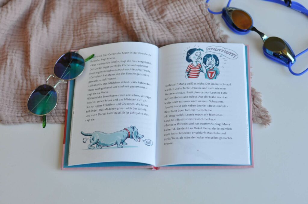 Als Mona und ihre Familie in dem Ferienhaus ankommen, können sie es nicht glauben: Ungespülte Müslischälchen in der Küche, Koffer im Schlafzimmer und ein Gummihuhn auf dem Fußboden. Da ist doch schon jemand! Schnell stellt sich heraus: Das Haus wurde doppelt vermietet! Was jetzt? #leseanfänger #kleinerroman #ferienhaus #urlaub #kinderbuch #ferienchaos #ferien #erstleser