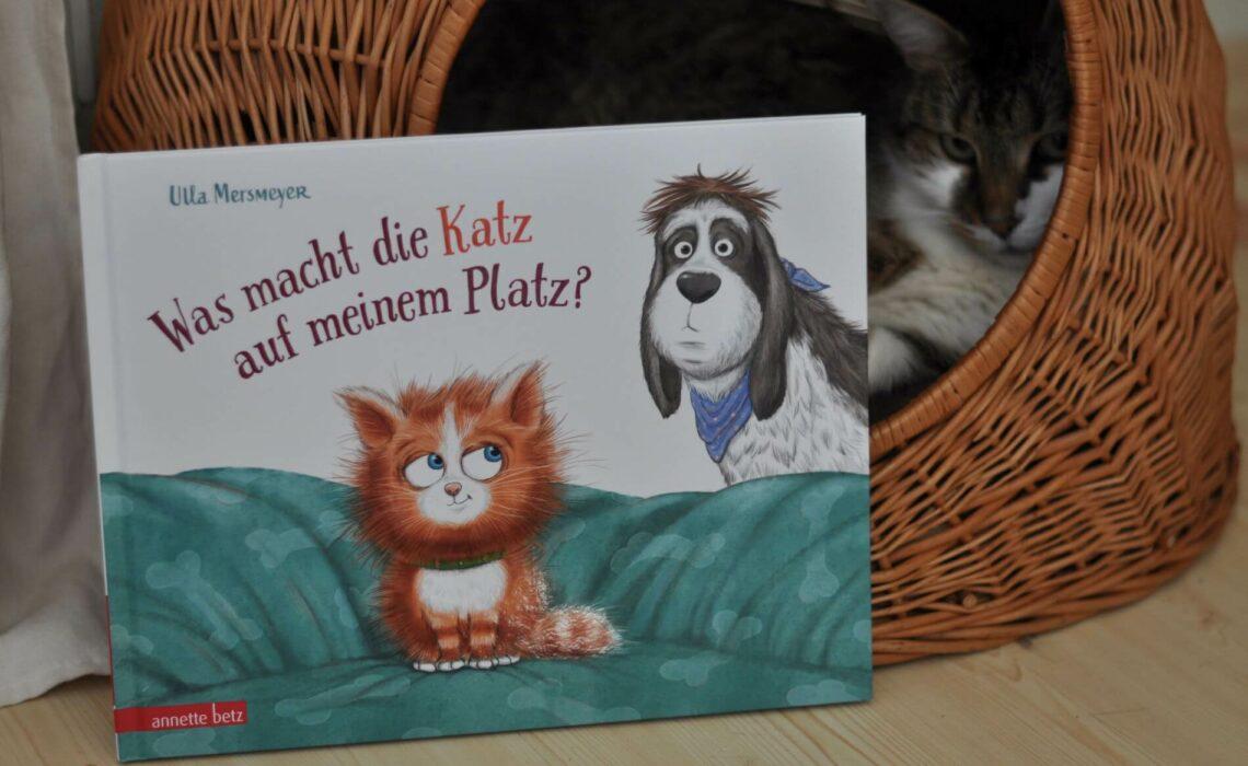 Friedemann möchte ein Schläfchen auf seinem Kissen halten. Nur: da liegt schon jemand! Die kleine Katze Rosine hat es sich gemütlich gemacht. Also fährt der müde Hund alle Geschütze auf, die er hat: Er lockt Rosine mit Lieblingsfutter, Spielzeug und dem Kanarienvogel. Er macht ordentlich Wind mit dem Ventilator und sorgt für gehörigen Lärm. Doch egal was Friedemann auch versucht, er bekommt Rosine einfach nicht weg. #hund #katze #platz #teilen #streit #lieblingsplatz #bilderbuch #geschwister #vorlesen #lesen