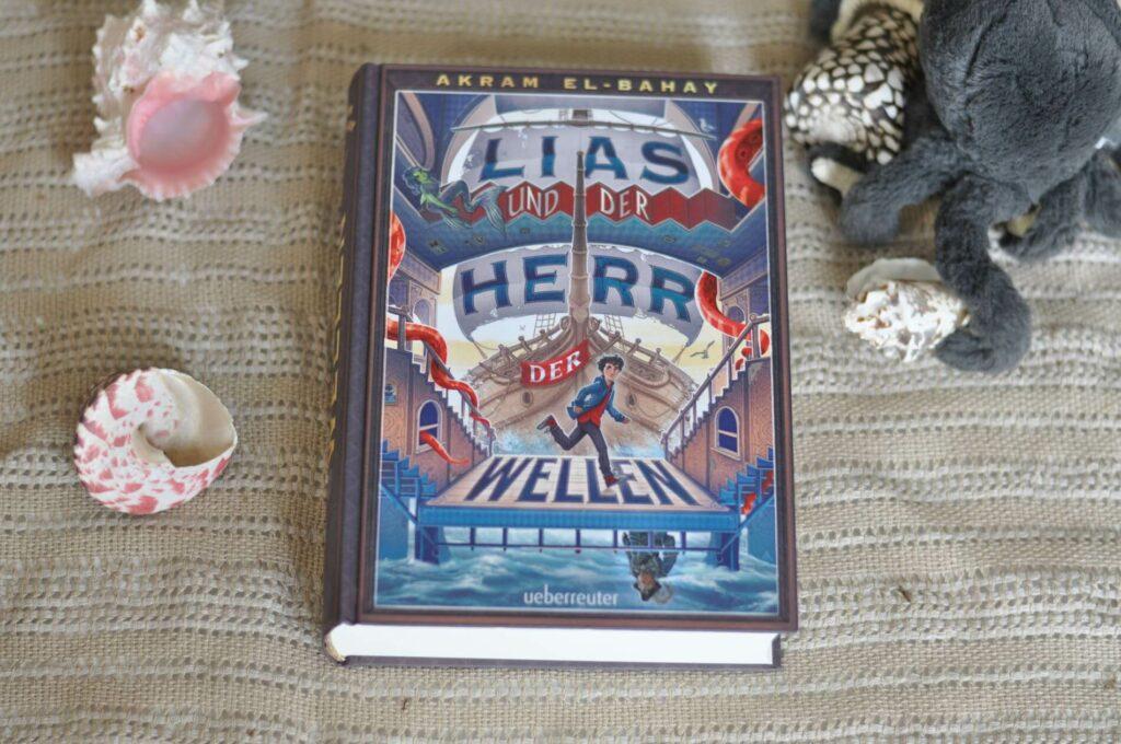 Als Lias das Haus seiner verschollenen Großtante Hermine betritt, spürt er sofort, dass in dem alten Kasten etwas anders ist. Und das liegt nicht nur an den vielen verschlossenen Zimmern. Überall quietscht und knarrt es: Das Haus scheint regelrecht mit ihm zu sprechen. Doch was für ein Geheimnis verbirgt sich hinter den alten Mauern? Und was für ein Mensch war/ist seine Tante eigentlich? #fantasy #meer #jugendbuch #lesen #buchwelten #wüste #fantasie #kinderbuch
