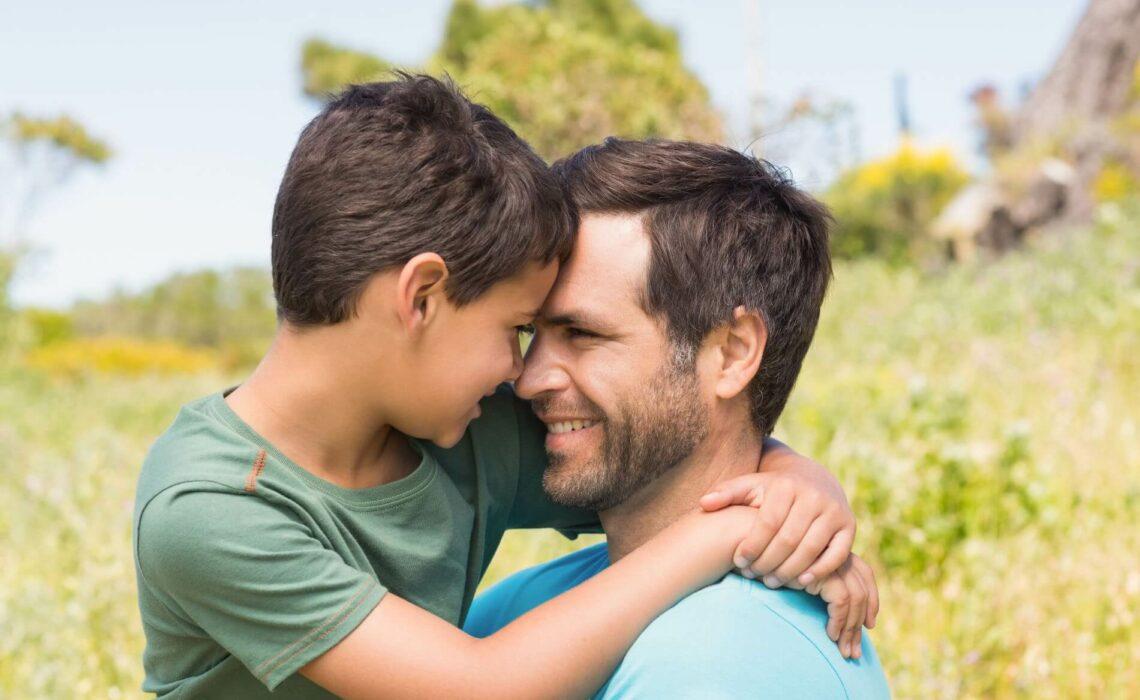 Es kommt gar nicht so sehr auf die Quantität der Zeit an, sondern vielmehr auf die Qualität. Wenn Du während des Gespräches mit Deinem Sohn auf´s Handy guckst, oder ungeduldig auf die Uhr schielst, schadet das Eurer Beziehung mehr, als dass es nützt. Wir verraten dir, wie eine gute Vater-und-Sohn-Beziehung gelingt und welche Unternehmungen eure Beziehung festigen. #vater #sohn #beziehung #elternschaft #jungs #pubert#t #lebenmitkindern #gutebeziehung #söhne #jungspubertät #problemesohn