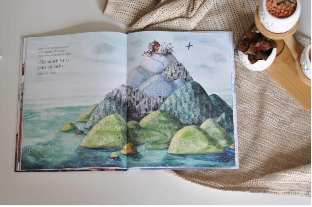 Der Bär weiß genau, wie der Berg aussieht, nämlich grün und voller Bäume. Aber auch das Schaf kennt den Berg und kann ihn beschreiben: Der Berg ist eine Wiese. Diese Ansicht wird wiederum widerlegt von der Ameise. Verschneit, felsig  oder vom Wasser umgeben: Jedes weitere Tier der Geschichte hat eine eigene feste Vorstellung von dem Berg. Jeder will Recht haben und es bricht ein Streit los. Doch wer hat recht? #meinungen #rechthaben #bilderbung #fakten #berg #perspektive #ansichten