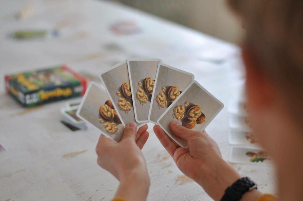 Die Nussjagd ist eröffnet: Jetzt heißt es fünf Futterkarten der gleichen Sorte so fix wie möglich zu sammeln. Doch so einfach ist das nicht, wenn einem die Mitspieler nicht mal das kleinste Nüsschen gönnen. Es wird gesammelt, gebunkert, geklaut und man muss tierisch aufpassen, dass einem nicht alles wieder weggenommen wird. #kartenspiel #waldtiere #familienspiel #karten #spiel #nussjagd #fettebeute #amigo