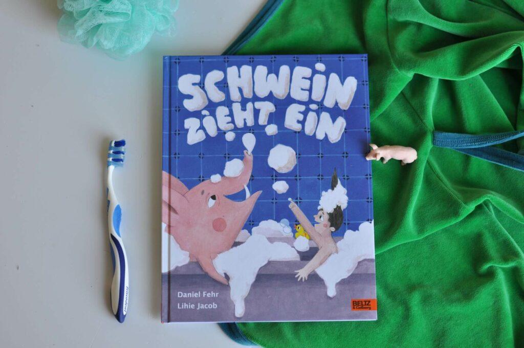 5 sau-gute Kinderbücher, in denen Schweine vorkommen. Wie wäre es mit zwei Frischlingen auf der Suche nach dem Papa? Oder dem Schweinchen Borst, das ein Ei findet? Oder wie wäre es mit einem Wollschwein, das in eine Mietswohnung einzieht? #schwein #kinderbuch #bilderbuch #vorlesen #ferkel #glücksschwein