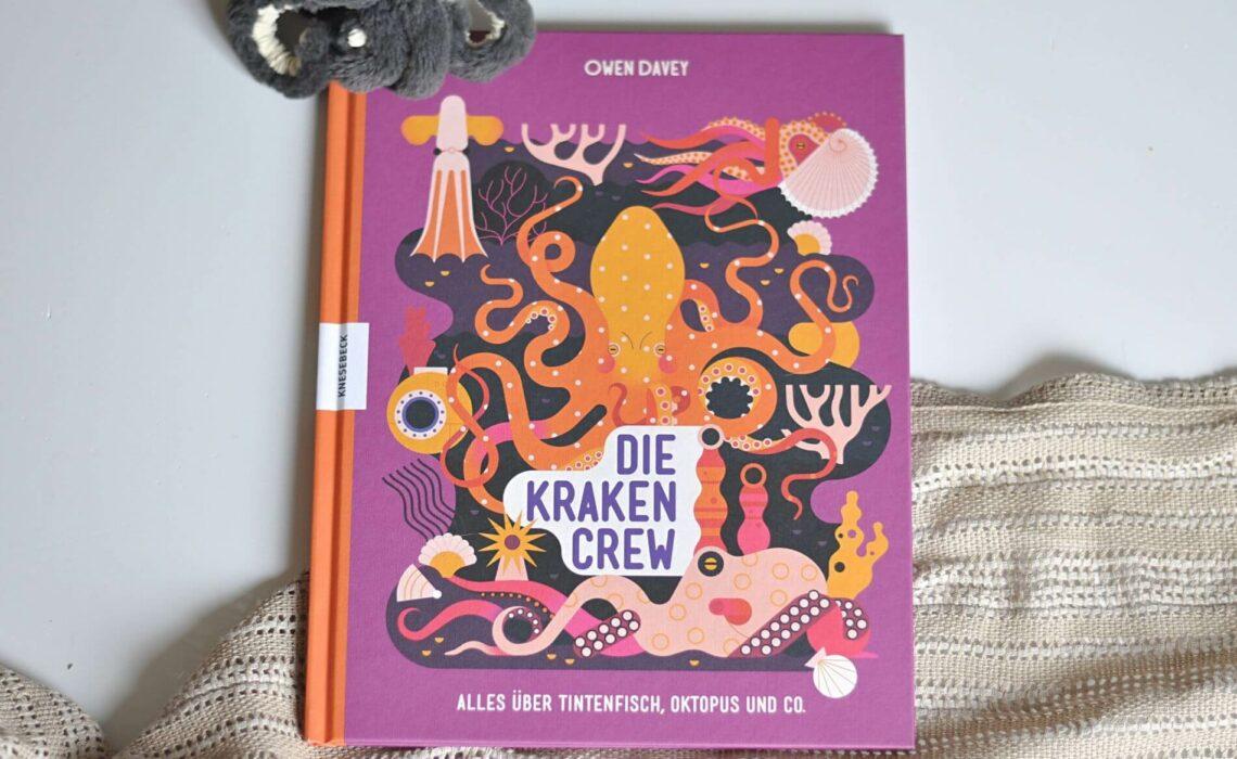 Von dem furchterregend gigantischen Pazifischen Riesenkraken über den Sternsaugnapf-Zwergkraken bis zum erfinderischen Ader-Oktopus – in diesem Buch erfahren Krakenfans, wo sie leben, was sie essen, wie sie sich fortbewegen, wie wir sie schützen können oder welche Legenden sich um sie ranken. #kraken #sachbuch #bilderbuch #tintenfisch #oktopus #meerestiere #tiere #kinderbuch