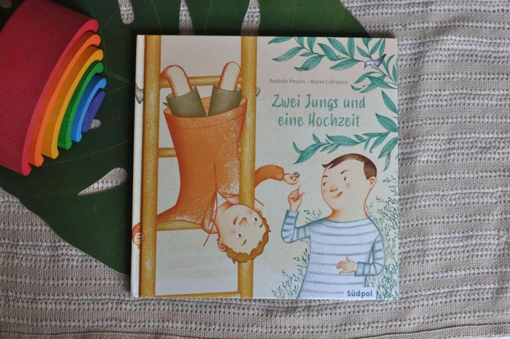 Emil und Mathis sind die allerbesten Freunde. Sie teilen alles: ihre Spiele, ihre Pausenbrote und ihre Geheimnisse. Als Emil einen Ring im Sandkasten findet, fragt er Mathis, ob sie nicht heiraten sollen, denn schließlich mag er Mathis am allerliebsten von allen. Mathis findet die Idee toll. Und auch die anderen Kinder auf dem Spielplatz: Sie helfen alle dabei, eine richtig tolle Hochzeit mit Girlanden, Konfetti und Schokoladenkuchen auszurichten. Doch Emils Eltern sind entsetzt, als er ihnen stolz seinen Ring zeigt. Dass sein Sohn einen Jungen heiratet, das ginge doch nicht, schimpft Emils Vater. Mathis Eltern sind da gelassener und auch Mariannes Eltern wissen, dass sich auch Erwachsene irren können. Da hat Emil eine Idee, wie er und Mathis doch verheiratet bleiben können.