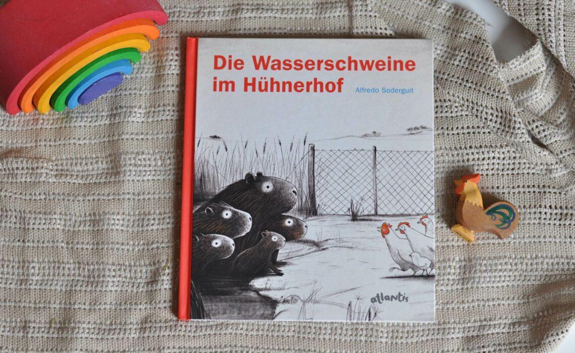 Die Aufregung wird jedoch groß, als Wasserschweine im Hühnerhof Schutz vor Jägern suchen. Nur widerwillig dürfen die Eindringlinge bleiben, so lange die Wasserschweine keinen Lärm machen, schön im Wasser bleiben und sich nicht dem Hühnerfutter nähern. Als aber ein Küken anfängt, mit einem Wasserschwein zu spielen und schließlich sogar von ihnen gerettet wird, geraten die Vorurteile ins Wanken. #wasserschweine #hühner #vorurteile #bilderbuch #rassismus #freundschaft #vorlsen #tiergeschichte