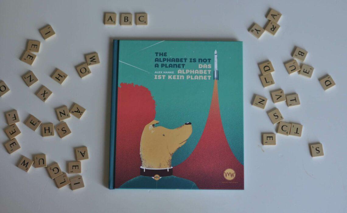Oje, was ist das nur für ein ABC? War Astronautenaffe Anton mit Alexander Gerst im All? Hat die Clownin Clementine wirklich das Croissant erfunden? Gehörte der Donutosaurus Rex zu den legendärsten Dinosauriern aller Zeiten? Und hat Uhu-Dame Ustia in echt ein Ufo gebaut? In diesem ABC-Universum wimmelt es von kuriosen Kreaturen und lustigen Situationen. Ein Sachbilderbuch auf Deutsch und Englisch für den Kindergarten oder die Grundschule. #abc #sachbuch #bilderbuch #lustig #tiergeschichte #grundschule #englisch #zweisprachig