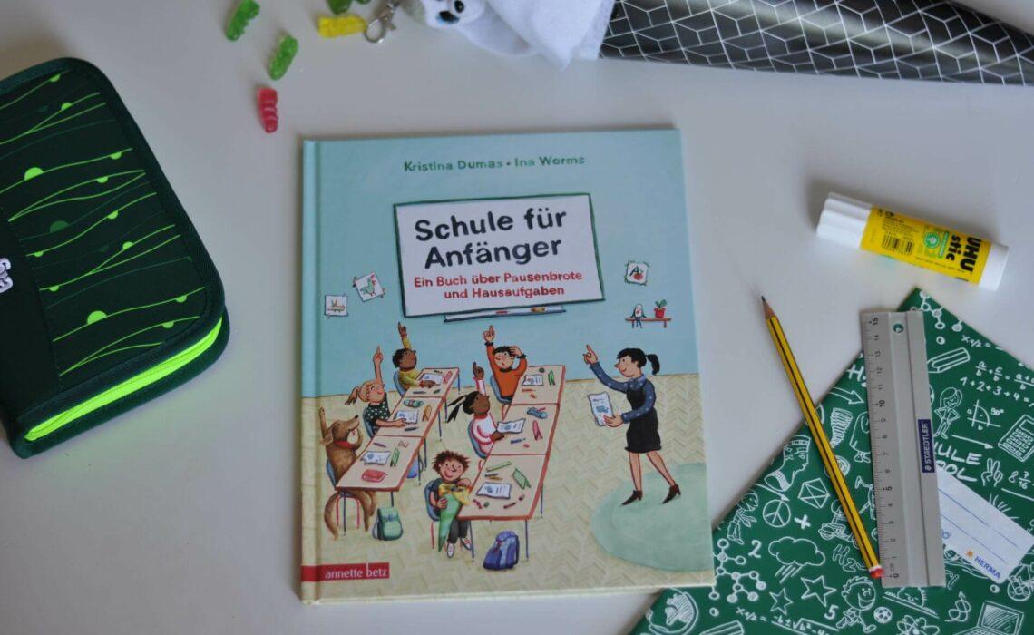 Endlich Schulkind, denn heute hat Emil seinen ersten Schultag. Aber was macht man in der Schule überhaut den ganzen Tag? Wann hat man Ferien und was macht man in der Pause? Diese und viele andere Fragen werden in diesem Sachbilderbuch erklärt. Und dabei gibt es jede Menge zu entdecken! -#schulkind #grundschule #einschulung #sachbuch #sachbilderbuch #erstklässler #schultüte #bilderbuch #grundschule