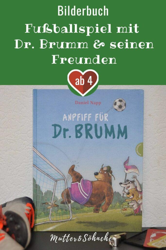 """Bauer Hackenpiep und seine Neffen fordern Dr. Brumm und seine Freunde zu einem Fußball-Match heraus. Doch fair ist das Ganze nicht: Immerhin spielen die Jungs bei der Otter-Jugend-Nationalmannschaft, während Dr. Brumm eine amateuermäßige """"Gurkentruppe"""" auf den Platz bringt. Doch Dr. Brumm und seine Freunde wollen beweisen, dass sie es draufhaben! #fußball #bär #tiergeeschichte #vorlesen #lesen #fairplay #regeln"""
