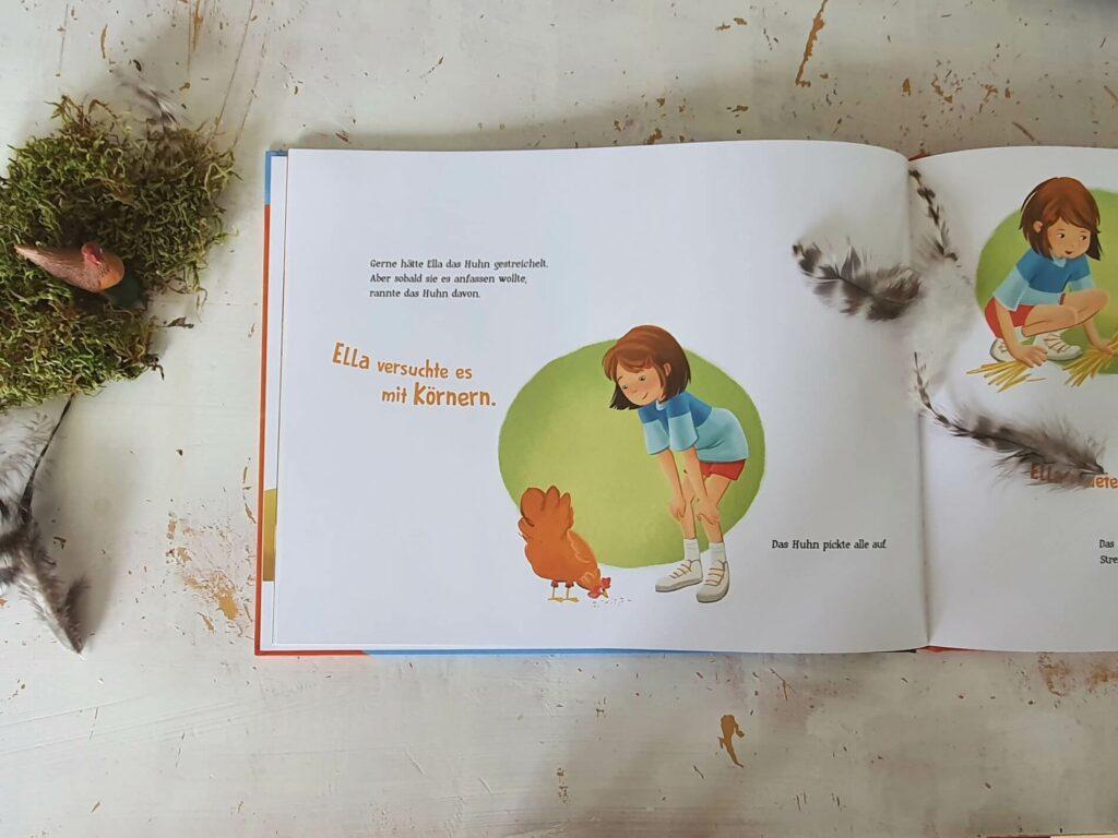 Ella wünscht sich unbedingt ein Haustier. Am liebsten eines, das sie den ganzen Tag streicheln kann. Und plötzlich steht da ein Huhn vor ihrer Tür. Ella merkt gleich: Dieses Huhn ist etwas Besonderes! Es folgt ihr überall hin, hört ihr zu, und pickt ihr sogar die Körner aus der Hand – nur streicheln lassen will es sich partout nicht. Nach und nach merkt Ella, dass man die Eigenart des anderen akzeptieren muss. #kinderbuch #tiere #bilderbuch #vorlesen #tierliebe #huhn #hühner #mädchen #freundschaft