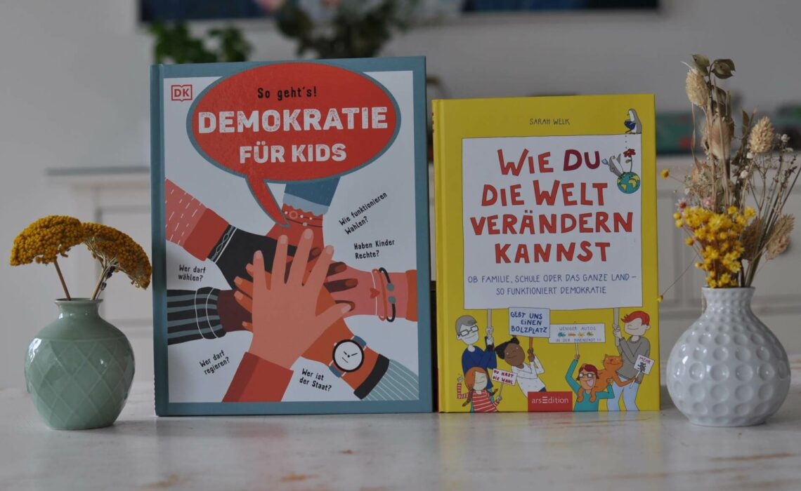 """""""Demokratie für Kids: So geht´s"""" von Christine Paxmann beleutet knackig und informativ alle Themen Rund um Politik, Demokratie und Wahlen für Kinder ab 8 Jahren. """"Wie du die Welt verändern kannst - Ob Familie, Schule oder das ganze Land - so funktioniert Demokratie"""" von Sarah Welk steigt noch tiefer in das Thema Demokratie ein und erklärt Kindern ab 10 Jahren, was es bedeutet, selbstbestimmt in einem demokratischen Land zu leben. #wahlen #politik #demokratie #sachbuch #kinderbuch #erklären #wählen #bundestagswahl"""
