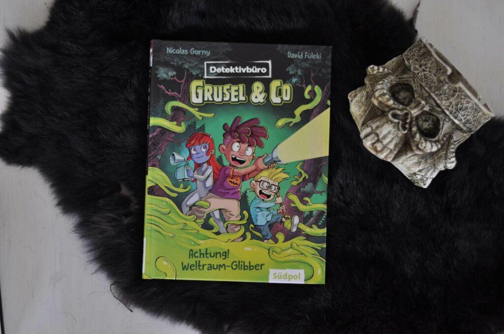 """Wer braucht schon die """"Men in Black"""", wenn Rocko und Luis zur Stelle sind? Nicolas Gorny hat mit """"Detektivbüro Grusel & Co"""" eine spannende Detektivgeschichte für Leseanfänger geschaffen, die bereits junge Kids mitfiebern lässt. Textmenge und großzügige Illustrationen im Comic-Stil sind dabei recht ausgewogen, so dass man die Alien-Geheimagenten-Story auch super gut vorlesen kann. #kinderbuch #leseanfänger #grusel #detektiv #lesen #alien #ufo #agent"""