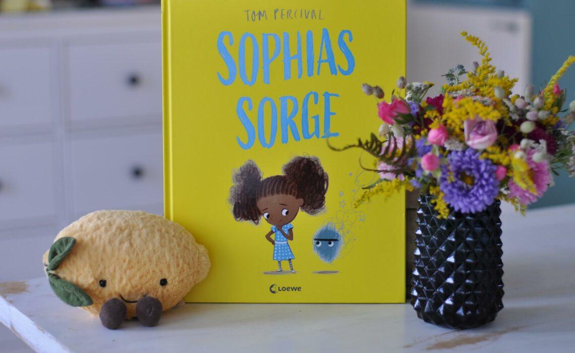Sophia bemerkt eines Tages eine Sorge. Die Sorge begleitet sie von diesem Tag an auf Schritt und Tritt. Zuerst ist die Sorge nicht besonders groß, doch schon bald scheint sie einen ganzen Raum einzunehmen und alles, was Sophia früher Spaß gemacht hat, ist nun trist und grau. Sophia weiß nicht mehr weiter. Doch dann trifft sie einen Jungen, dem es genauso geht wie ihr selbst. Die beiden beginnen, über ihre Sorgen zu sprechen, und etwas ganz Erstaunliches geschieht … #bilderbuch #gefühle #probleme #reden #kidnerbuch #sorge #angst #ängste #kinder #sprechen #lösung