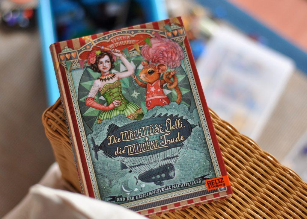 Die furchtlose Nelli, die tollkühne Trude und der geheime Nachtflieger, glitzernder Krimi aus dem Zirkus, Kinderbuch zum Mitraten, Rezension des fantastischen Abenteuerkrimis auf meinem Blog