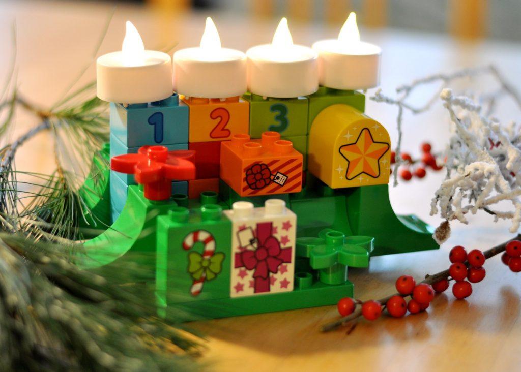 Weihnachten mit Lego, Adventsgesteck aus Duplo-Steinen und weitere weihnachtliche Ideen auf Mutter&Söhnchen