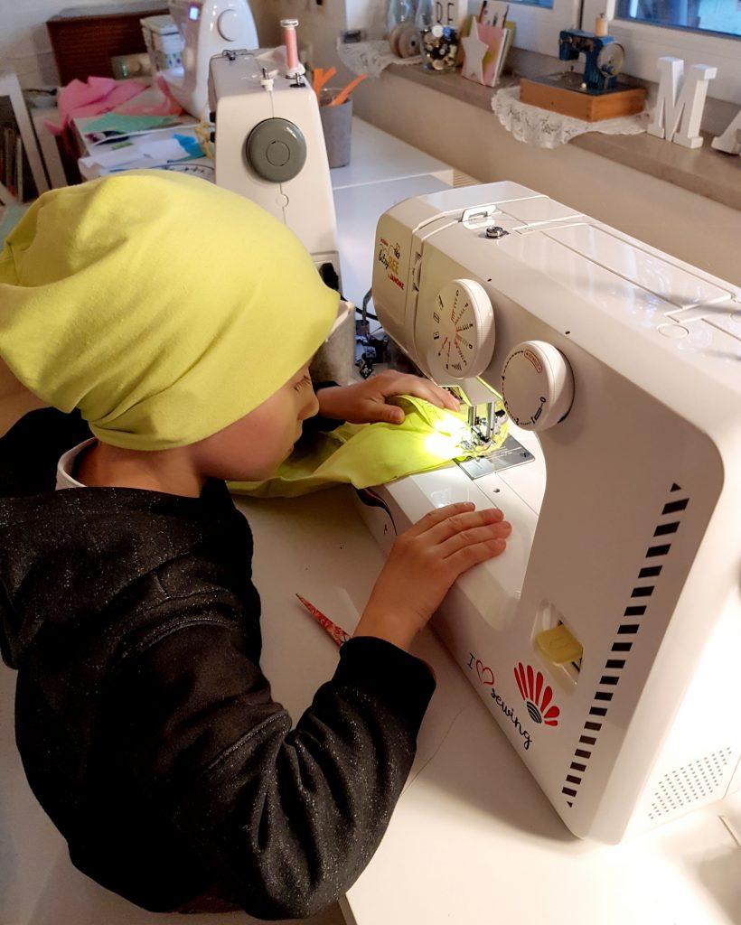 Jungs an der Nähmaschine - Warum Nähen auch ein cooles Hobby für Jungs ist #nähen #jungs #gender #nähmaschine