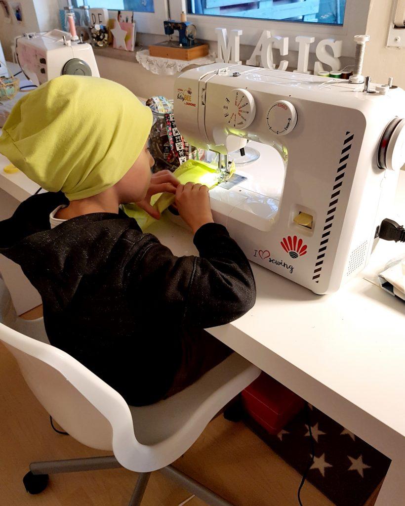 Jungs an die Nähmaschine - Warum nähen auch ein cooles Hobby für Jungs ist #nähen #nähmschine #hobby #jungs #gender
