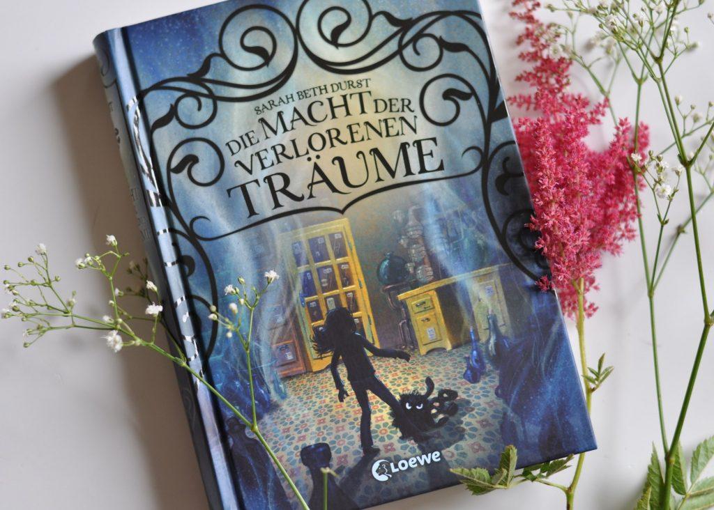 Die Macht der verlorenen Träume - Bücher sind die zu Papier gerbrachten Träume anderer. Ein Kinderbuch über wahr gewordenen Alpträume, die Liebe zu Büchern und Magie, meine Rezension auf Mutter&Söhnchen